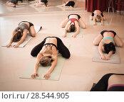 Girls develop flexibility in training. Стоковое фото, фотограф Яков Филимонов / Фотобанк Лори