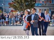Купить «Школьный вальс в исполнении выпускников», фото № 28555313, снято 23 мая 2018 г. (c) Иван Карпов / Фотобанк Лори