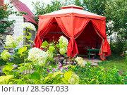 Купить «Уютный уголок с шатром для отдыха на даче», фото № 28567033, снято 12 декабря 2018 г. (c) Светлана Кузнецова / Фотобанк Лори
