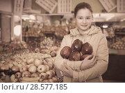 Купить «Smiling girl holding ripe red apples», фото № 28577185, снято 13 февраля 2018 г. (c) Яков Филимонов / Фотобанк Лори