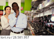 Купить «Couple selecting hob in household store», фото № 28581957, снято 21 февраля 2018 г. (c) Яков Филимонов / Фотобанк Лори