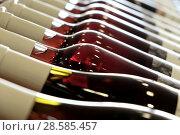 Бутылки с вином лежат наискосок с бликами по контуру. Стоковое фото, фотограф Irina Opachevsky / Фотобанк Лори
