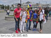 Купить «Москва, ЧМ-2018. Туристы из Германии и Колумбии гуляют по городу», эксклюзивное фото № 28585465, снято 14 июня 2018 г. (c) Илюхина Наталья / Фотобанк Лори