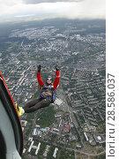 Купить «Парашютист в свободном полёте, выпрыгнувший спиной вниз с вертолёта Ми-8 над городом Петрозаводском. Карелия», эксклюзивное фото № 28586037, снято 8 июня 2018 г. (c) Сергей Цепек / Фотобанк Лори