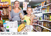 Купить «Mother with teenage girl demonstrating their choise in food», фото № 28590465, снято 5 июня 2017 г. (c) Яков Филимонов / Фотобанк Лори