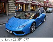 Купить «Спортивный автомобиль Lamborghini Huracan синего цвета с красивым номером х777ам777. Город Москва, Ветошный переулок», эксклюзивное фото № 28591077, снято 16 июня 2018 г. (c) Алексей Гусев / Фотобанк Лори
