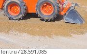 Купить «Mini-loader quickly remove soil from the surface of the asphalt», видеоролик № 28591085, снято 10 июня 2018 г. (c) Андрей Радченко / Фотобанк Лори