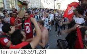 Купить «Ликующие фанаты из Туниса на Никольской улицы Москвы», эксклюзивный видеоролик № 28591281, снято 16 июня 2018 г. (c) Дмитрий Неумоин / Фотобанк Лори