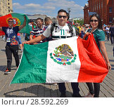 2018 FIFA World Cup. Mexican Fans with national flag in center of Moscow. Редакционное фото, фотограф Валерия Попова / Фотобанк Лори