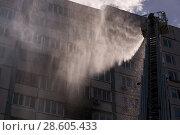 Купить «Пожар в жилом доме по адресе Алтуфьевское ш. д. 60, 20.06.2018», фото № 28605433, снято 20 июня 2018 г. (c) Сергей Спритнюк / Фотобанк Лори