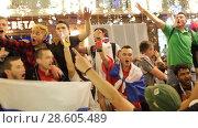 Купить «Москва, ликующая толпа российских фанатов после футбольного матча Россия-Египет», эксклюзивный видеоролик № 28605489, снято 20 июня 2018 г. (c) Дмитрий Неумоин / Фотобанк Лори