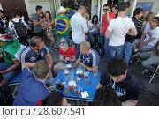 Купить «Фанаты пьют пиво в дни проведения Чемпионата Мира по футболу 2018 года», эксклюзивное фото № 28607541, снято 16 июня 2018 г. (c) Дмитрий Неумоин / Фотобанк Лори