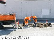 Купить «Москва. Проспект Мира. Рабочие ремонтируют канализационные колодцы», эксклюзивное фото № 28607785, снято 21 августа 2010 г. (c) Алёшина Оксана / Фотобанк Лори