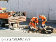 Купить «Рабочие производят замену чугунных канализационных люков на проспекте Мира. Москва», эксклюзивное фото № 28607789, снято 21 августа 2010 г. (c) Алёшина Оксана / Фотобанк Лори