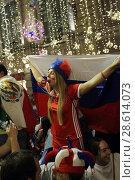 Купить «Москва, ликующая российская фанатка на Никольской после футбольного матча Россия-Египет», эксклюзивное фото № 28614073, снято 19 июня 2018 г. (c) Дмитрий Неумоин / Фотобанк Лори