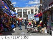 Купить «Тибет, Лхаса. Уличная торговля в старом городе», фото № 28615353, снято 2 июня 2018 г. (c) Овчинникова Ирина / Фотобанк Лори