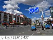Тибет, типовая застройка города Лхаса (2018 год). Редакционное фото, фотограф Овчинникова Ирина / Фотобанк Лори