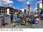Купить «Тибет, виды города Лхаса. Много мотоциклов и мопедов припарковано на обочине дороги», фото № 28615461, снято 2 июня 2018 г. (c) Овчинникова Ирина / Фотобанк Лори