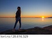 Купить «Силуэт девушки на фоне неба, воды и заката», фото № 28616329, снято 21 июня 2018 г. (c) Яковлев Сергей / Фотобанк Лори