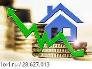 Купить «График роста и символ недвижимости на фоне денег», фото № 28627013, снято 22 января 2019 г. (c) Сергеев Валерий / Фотобанк Лори