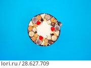 Купить «Большой праздничный торт на синем фоне, вид сверху», фото № 28627709, снято 21 июня 2018 г. (c) V.Ivantsov / Фотобанк Лори