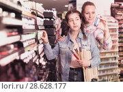 Купить «Family shopping in art store», фото № 28628177, снято 12 апреля 2017 г. (c) Яков Филимонов / Фотобанк Лори