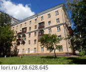 Купить «Пятиэтажный четырёхподъездный кирпичный жилой дом. Построен в 1954 году. 6-я Парковая улица, 19. Район Измайлово. Москва», эксклюзивное фото № 28628645, снято 20 июня 2018 г. (c) lana1501 / Фотобанк Лори