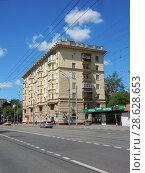 Купить «Семиэтажный двухподъездный кирпичный жилой дом в неоклассическом стиле (построен в 1954 году). Первомайская улица, 49. Район Измайлово. Москва», эксклюзивное фото № 28628653, снято 20 июня 2018 г. (c) lana1501 / Фотобанк Лори
