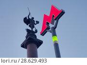 Купить «Знак Московского метрополитена горит в сумерках на фоне Георгия Победоносца на Трубной площади», фото № 28629493, снято 25 мая 2018 г. (c) Сайганов Александр / Фотобанк Лори
