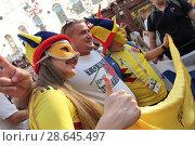 Купить «Иностранные болельщики с флагом страны на Никольской улице в Москве», эксклюзивное фото № 28645497, снято 23 июня 2018 г. (c) Дмитрий Неумоин / Фотобанк Лори