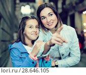 Купить «Mother giving explanations to daughter during tour», фото № 28646105, снято 18 июля 2018 г. (c) Яков Филимонов / Фотобанк Лори