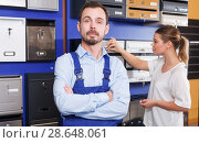 Купить «Salesman in mailbox store», фото № 28648061, снято 17 апреля 2018 г. (c) Яков Филимонов / Фотобанк Лори