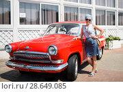"""Симпатичная женщина стоит возле автомобиля """"Волга"""" ГАЗ-21 (2018 год). Редакционное фото, фотограф Игорь Низов / Фотобанк Лори"""