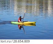 Купить «Молодой человек плывёт на байдарке по Волге. Город Тверь», эксклюзивное фото № 28654809, снято 1 мая 2016 г. (c) lana1501 / Фотобанк Лори