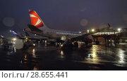 Купить «Passenger airplane of Czech Airlines being prepared for night flight, Moscow», видеоролик № 28655441, снято 30 октября 2017 г. (c) Данил Руденко / Фотобанк Лори