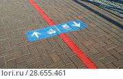 Купить «Стадион Калининград. Указатель на тротуаре», фото № 28655461, снято 28 июня 2018 г. (c) Ed_Z / Фотобанк Лори