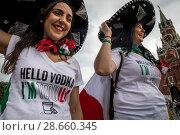 """Купить «Мексиканские женщины в сомбреро с надписью на футболках """"Hello vodka I am tequila"""" идут по Красной площади города Москвы во время проведения Чемпионата мира по футболу FIFA 2018, Россия», фото № 28660345, снято 19 июня 2018 г. (c) Николай Винокуров / Фотобанк Лори"""