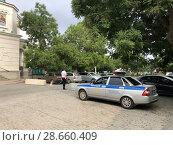 Автомобиль ДПС, сотрудник полиции с жезлом (2018 год). Редакционное фото, фотограф Кузнецов Максим / Фотобанк Лори