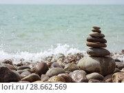Купить «Пирамида из камней на берегу моря», фото № 28662569, снято 31 мая 2018 г. (c) Икан Леонид / Фотобанк Лори