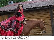 Купить «Красивая цыганка в ярком наряде возле коня», фото № 28662777, снято 13 мая 2018 г. (c) Марина Володько / Фотобанк Лори