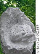 Купить «Мраморная скульптура Сергея Есенина на могиле поэта на Ваганьковском кладбище в Москве», фото № 28662929, снято 17 июня 2018 г. (c) Татьяна Белова / Фотобанк Лори