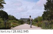 Купить «Botanical garden in Paris. The exterior of the Great Evolution Galery», видеоролик № 28662945, снято 7 июня 2018 г. (c) Ирина Мойсеева / Фотобанк Лори