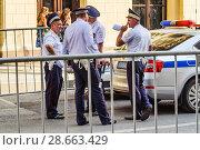 Купить «Сотрудники ДПС на Ильинке. Москва», фото № 28663429, снято 29 июня 2018 г. (c) Алёшина Оксана / Фотобанк Лори