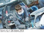 Купить «auto repairman grinding autobody bonnet», фото № 28664253, снято 15 марта 2016 г. (c) Дмитрий Калиновский / Фотобанк Лори