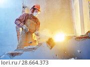 Купить «worker with sledgehammer at indoor wall destroying», фото № 28664373, снято 9 декабря 2017 г. (c) Дмитрий Калиновский / Фотобанк Лори