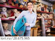 Купить «woman consumer holding carpet», фото № 28675965, снято 22 ноября 2017 г. (c) Яков Филимонов / Фотобанк Лори