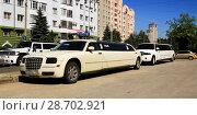 Купить «Белые лимузины на парковке Липецк», фото № 28702921, снято 7 июля 2018 г. (c) Евгений Будюкин / Фотобанк Лори
