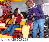 Купить «Polite African-American bikecab driver talking to young woman, offering rickshaw service», фото № 28703253, снято 22 мая 2018 г. (c) Яков Филимонов / Фотобанк Лори
