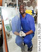 workman working with glass in workshop. Стоковое фото, фотограф Яков Филимонов / Фотобанк Лори