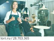 Купить «positive woman hairdresser thumbs up», фото № 28703365, снято 25 сентября 2018 г. (c) Яков Филимонов / Фотобанк Лори